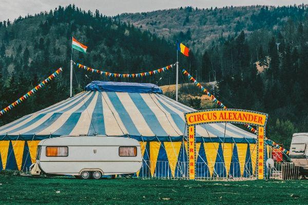 Циркуска шатра и кампкућица