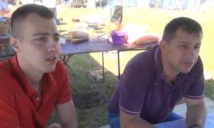 два човека у седећем положају под шатром