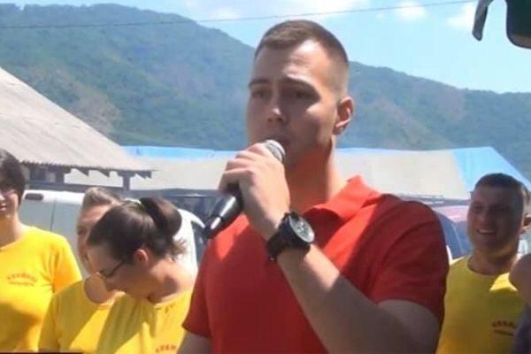 човек са микрофоном