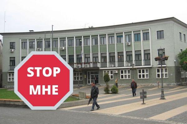 "Zgrada opštine Požega a preko nje znak ""stop mhe"""
